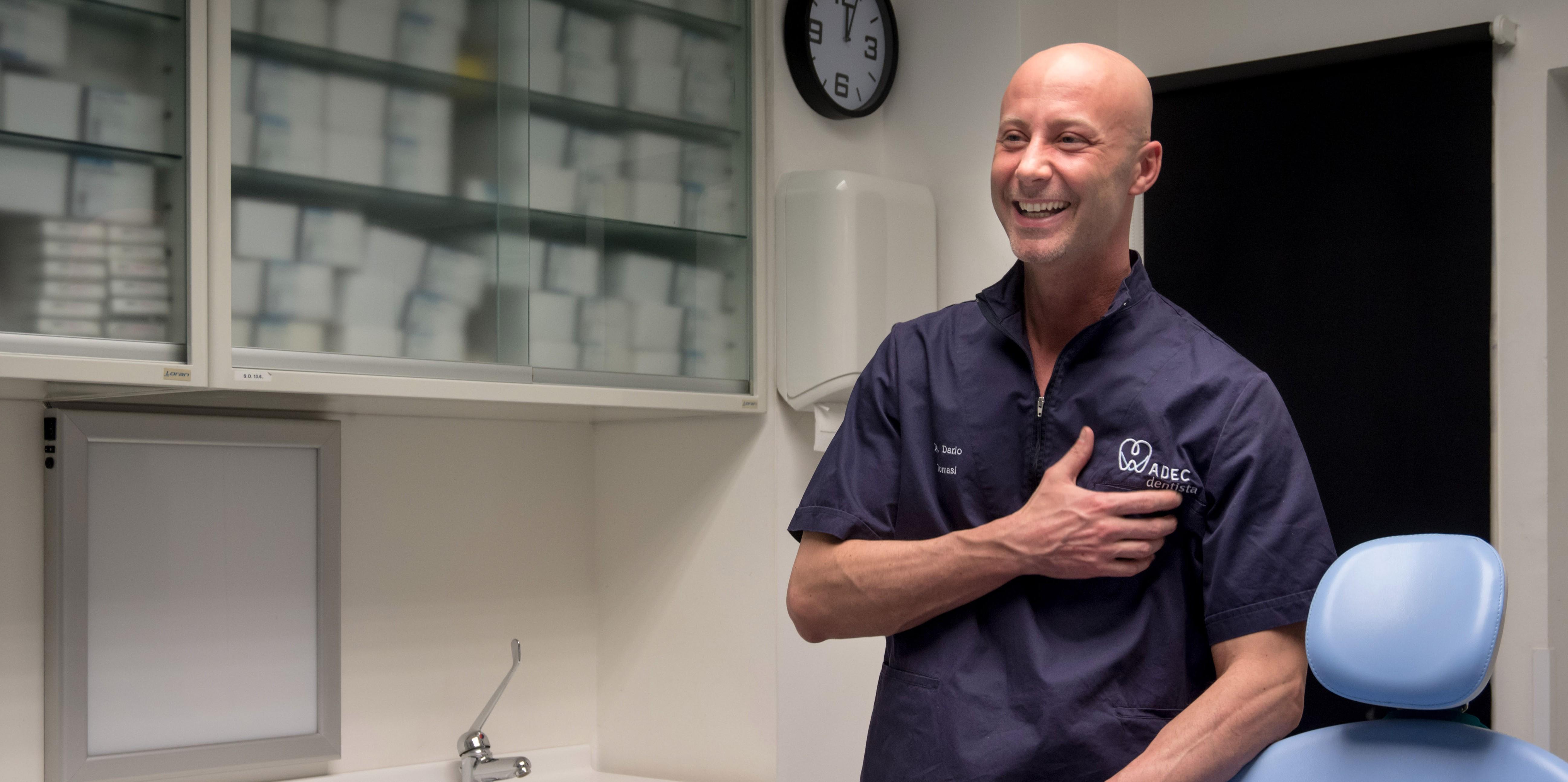 Il Dott. Tomasi, il nostro specialista in endodonzia complessa, con il microscopio operatorio
