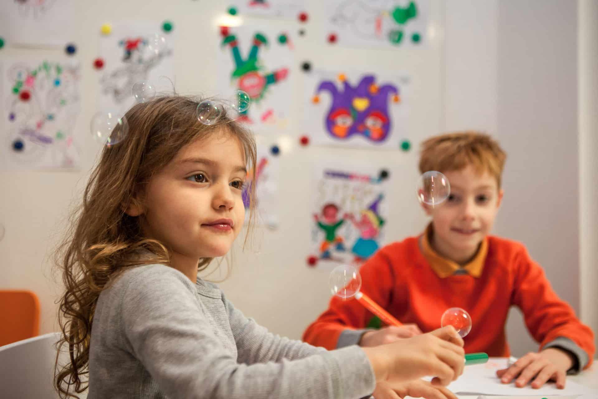 Mia e Andrea mentre si divertono nella sala giochi di Adec Bambini!